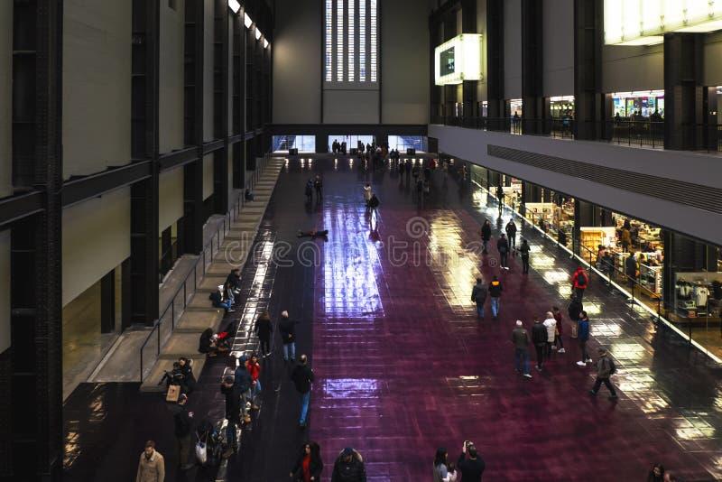 Mensen die of zich op de vloer in de Turbinezaal lopen bevinden van Tate Modern Art Gallery in Londen royalty-vrije stock foto's