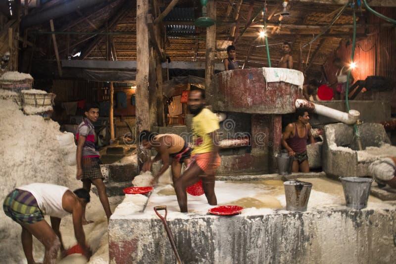 Mensen die zout in een fabriek in Chitagong, Bangladesh schoonmaken royalty-vrije stock foto
