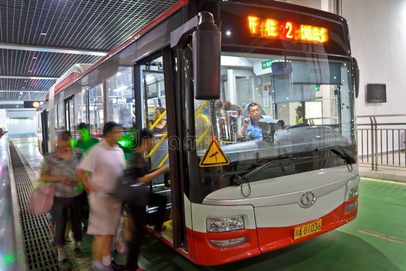 Mensen door bus stock afbeelding
