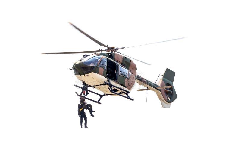 mensen door een kabel onder een helikopter op de witte achtergrond worden verminderd die royalty-vrije stock afbeeldingen