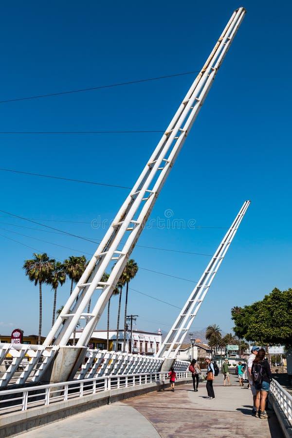 Mensen Dwars Decoratieve Witte Brug in Ensenada, Mexico stock foto's