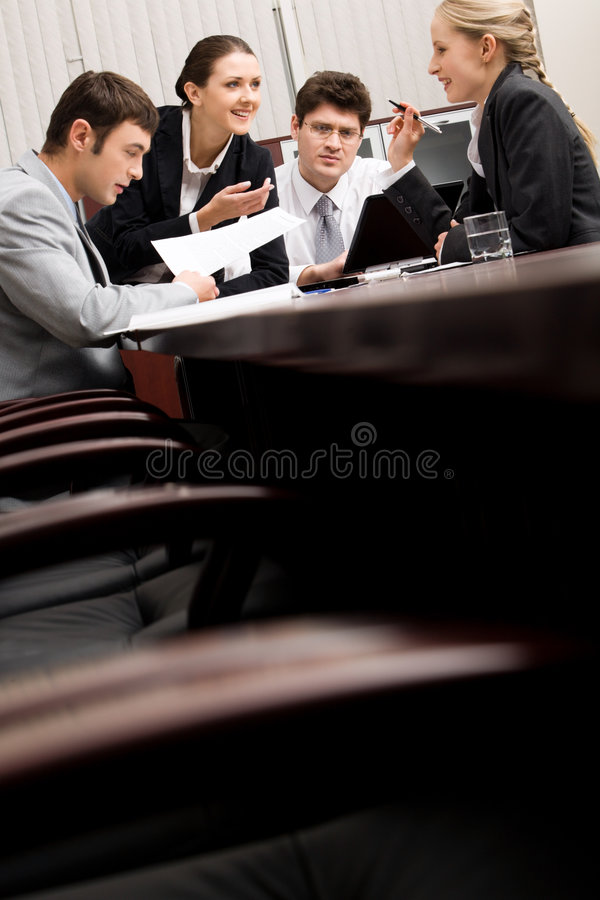 Mensen in een bestuurskamer