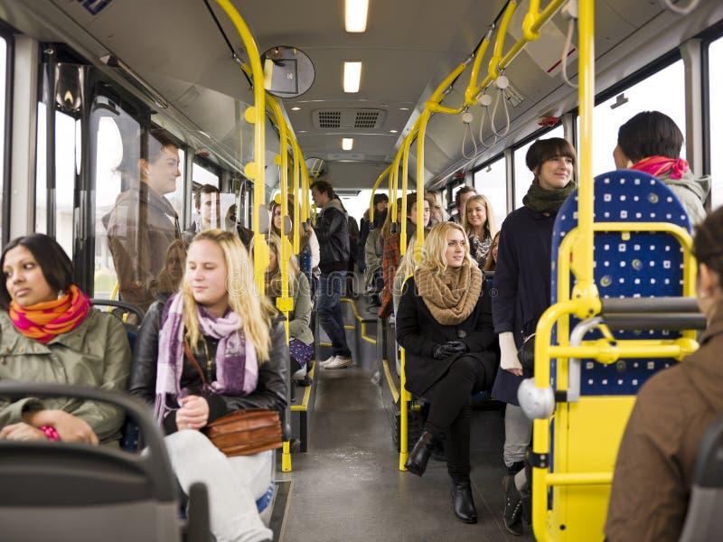 Mensen in een bus stock fotografie