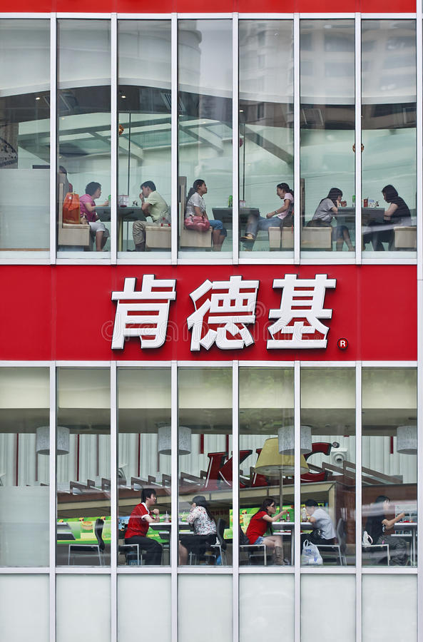 Mensen in een grote KFC-afzet, Shanghai, China royalty-vrije stock afbeelding