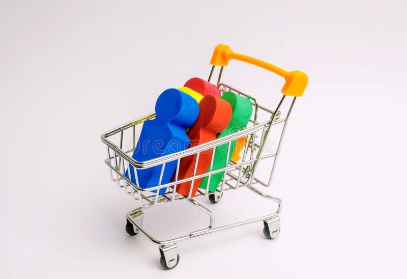 Mensen in een karretje voor een supermarkt Concept het menselijke handel drijven, de moderne slavernij Het kopen van mensen is ee stock afbeeldingen