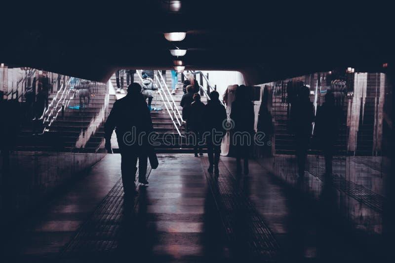 mensen in een ondergrondse voetgangersoversteekplaats royalty-vrije stock fotografie