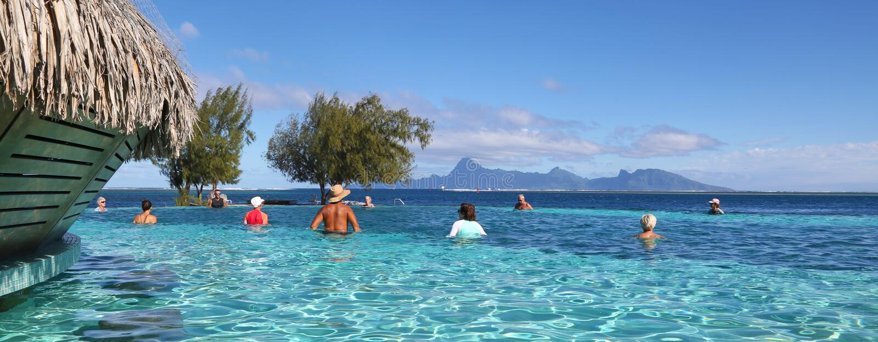 Mensen in een prachtige pool voor de oceaan royalty-vrije stock afbeeldingen