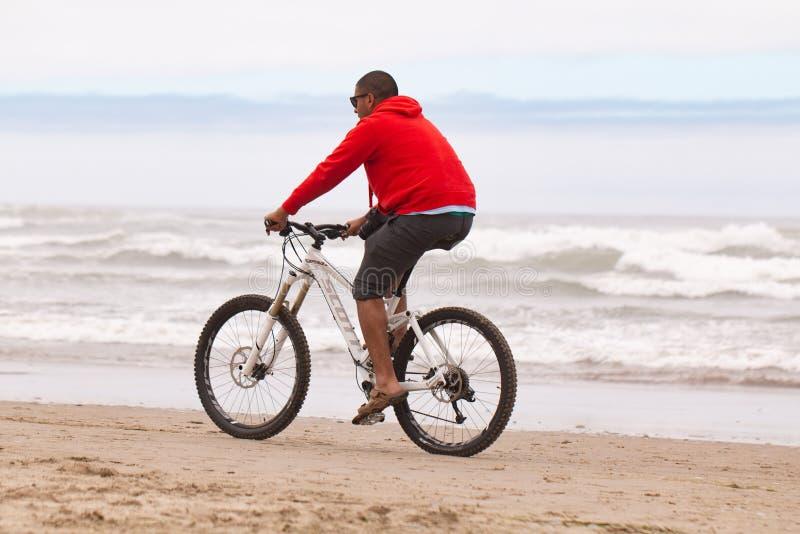 Mensen in een rode hoodie op een fiets royalty-vrije stock foto's