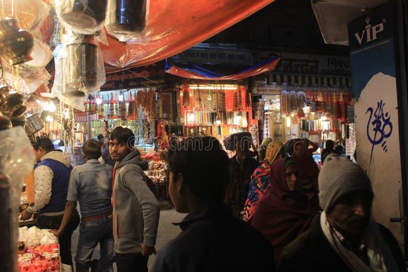 Mensen in een steeg in haritwar, India stock fotografie