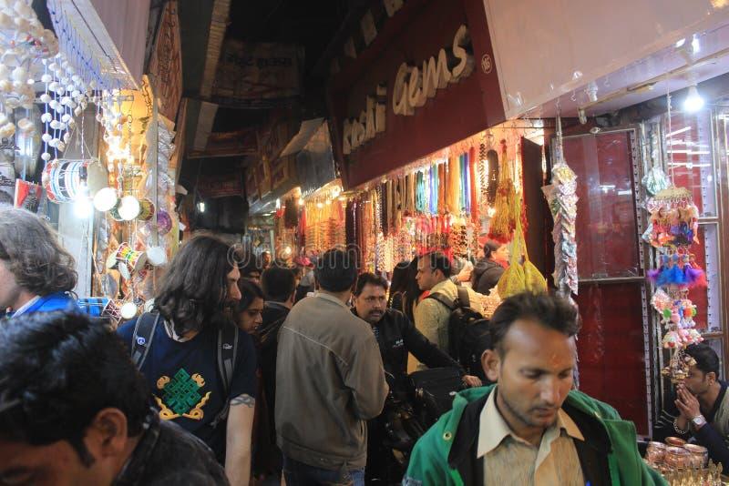 Mensen in een steeg in haritwar, India stock foto's