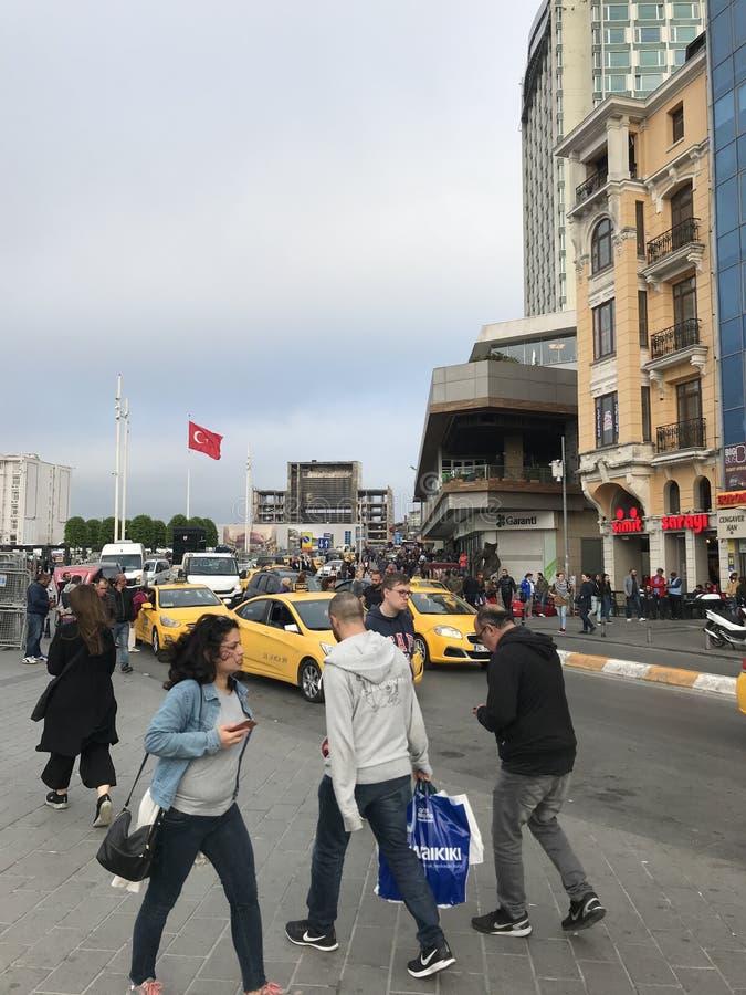 Mensen en auto's die in verkeer bij Taksim-Vierkant, Istanboel rondwandelen royalty-vrije stock afbeeldingen