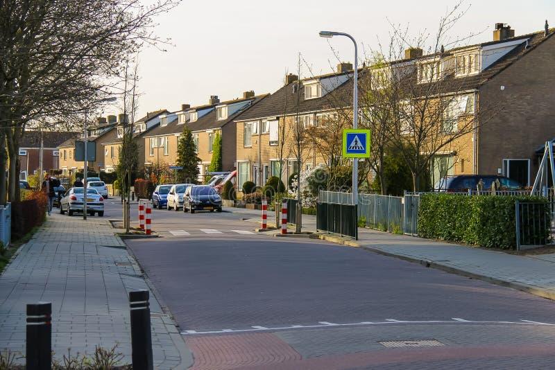 Mensen en auto's op straat in Meerkerk, Nederland stock afbeelding