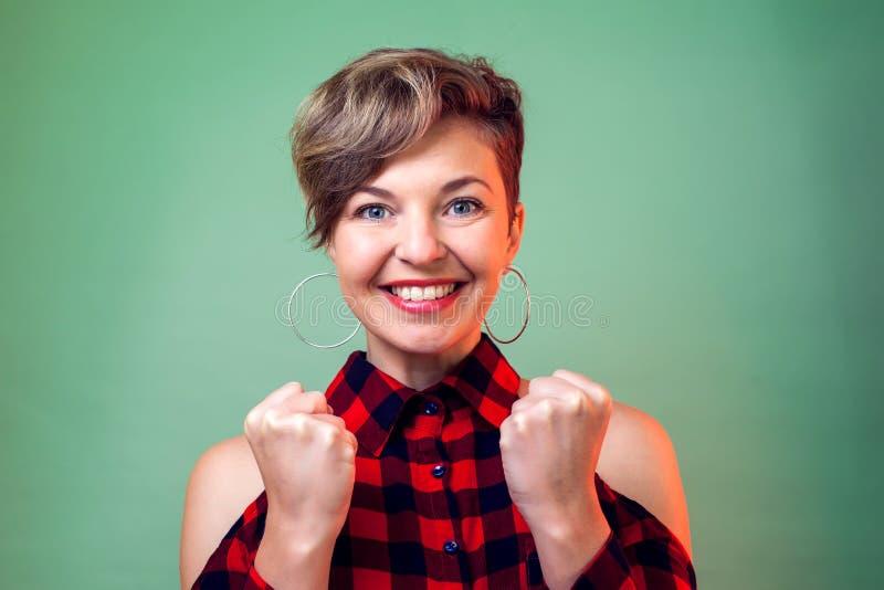 Mensen en emoties - een portret van gelukkige jonge vrouw royalty-vrije stock foto's