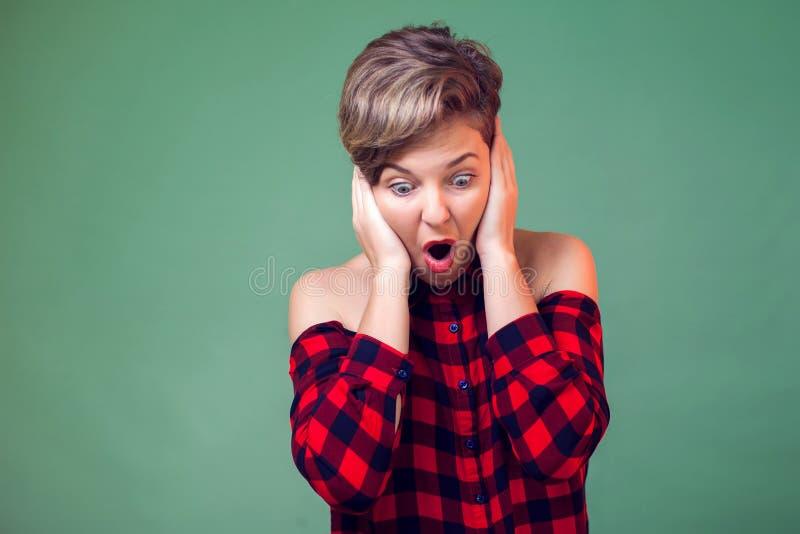 Mensen en emoties - een portret van vrouw met kort die haar gek en met handen op hoofd wordt, bang en van schok wordt verrast doe royalty-vrije stock foto