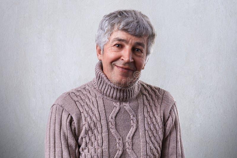 Mensen en emoties Portret van een bejaarde met grijs haar en helder ogenhoogtepunt met geluk die prettige glimlach hebben die I k stock afbeeldingen