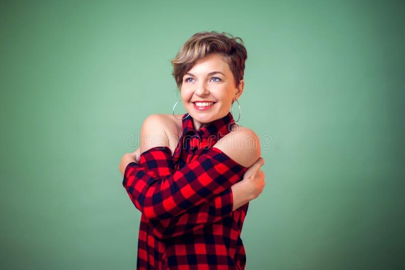 Mensen en emoties, Zelfliefde en zelfzorg - een portret van vrouw met kort donker haar die gelukkig en positief koesteren, royalty-vrije stock foto's