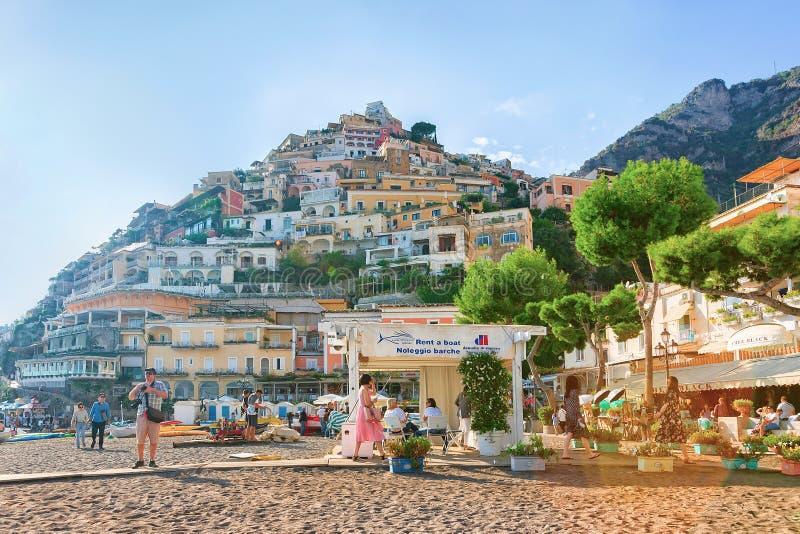 Mensen en huizen op berg en strand in Positano-stad royalty-vrije stock foto