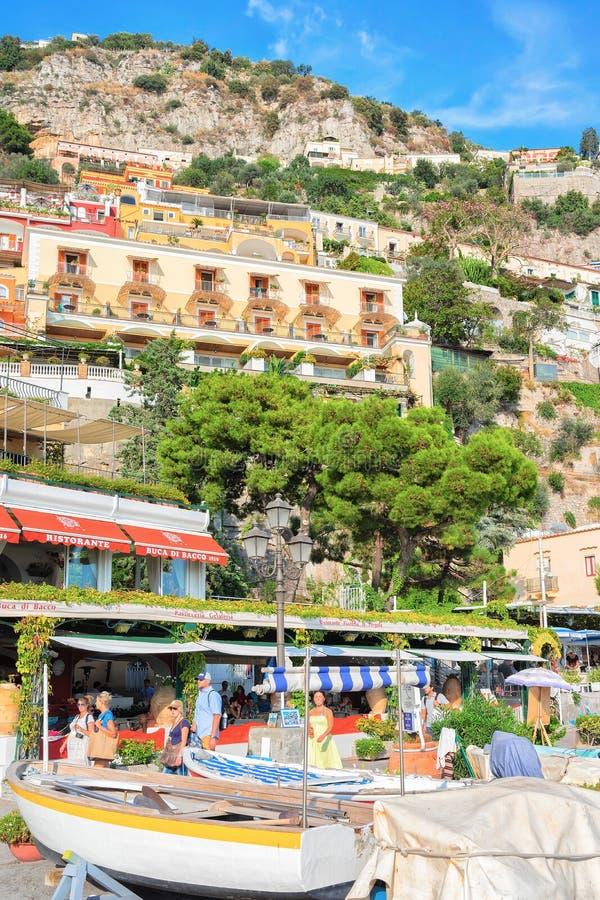 Mensen en huizen op berg en strand van Positano-stad stock afbeeldingen