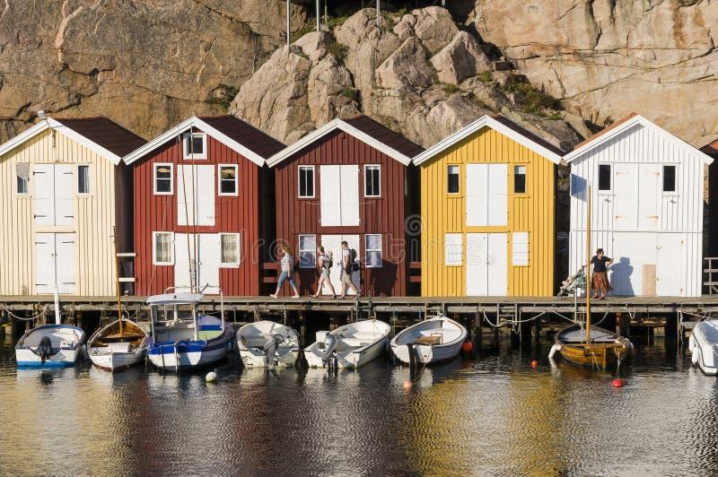 Mensen en kleurrijke houten visserijloodsen stock afbeelding