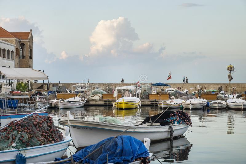 Mensen en leger op de muur van de visserijhaven van Band, Libanon stock fotografie