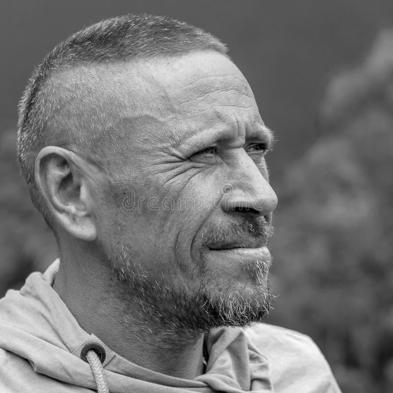 Mensen en levensstijlconcept Dichte omhooggaand op middelbare leeftijd van het ongeschoren mensen openlucht, emotionele portret R stock afbeeldingen