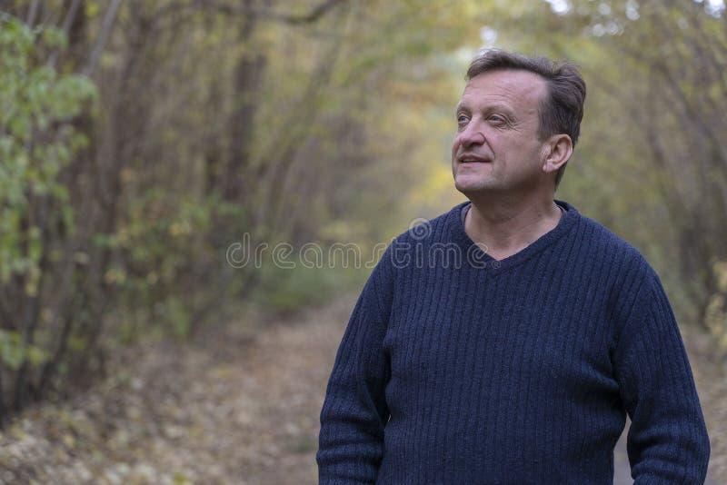 Mensen en levensstijlconcept Gelukkige ongeschoren mens op middelbare leeftijd in openlucht op aardachtergrond in de herfst De vo royalty-vrije stock foto