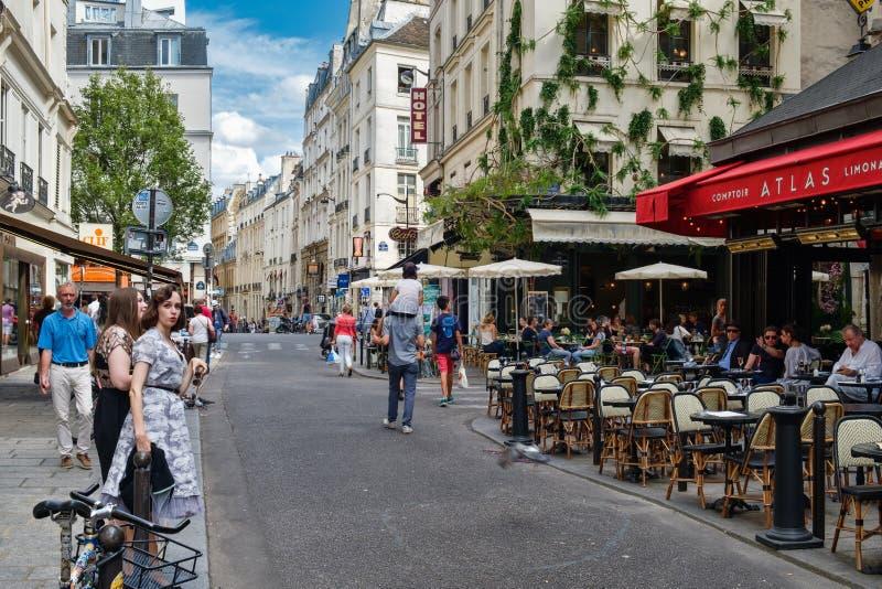 Mensen en openluchtkoffie bij het Latijnse Kwart in Parijs stock fotografie