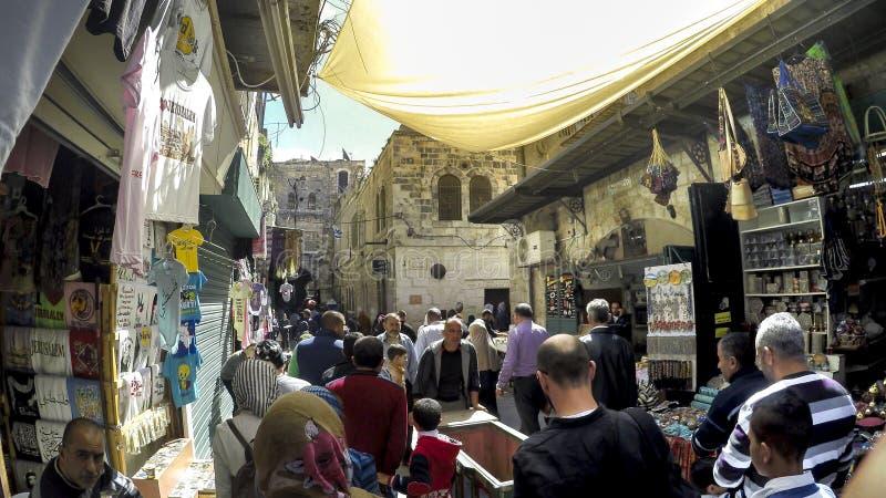 Mensen en toerist op straatmarkt in Jeruzalem, Israël stock afbeelding