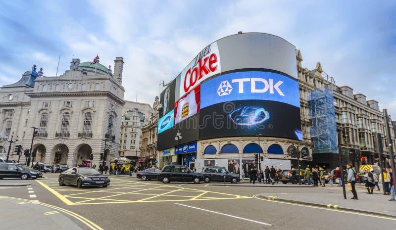 Mensen en verkeer in Piccadilly-Circus stock foto's