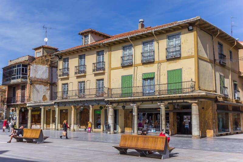 Mensen en winkels bij het belangrijkste vierkant van Astorga stock afbeelding