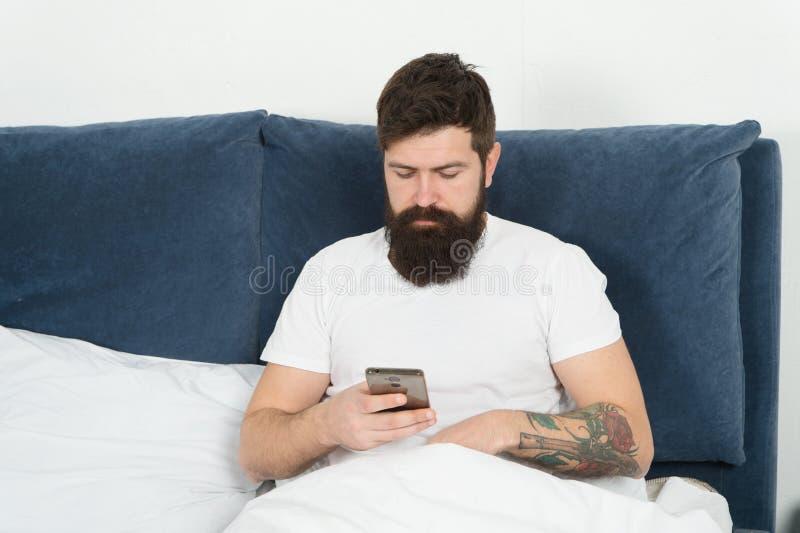 Mensen gebaarde hipster die de sociale netwerken van Internet surfen Zeg hello aan vrienden Online mededeling Mobiele afhankelijk royalty-vrije stock afbeeldingen