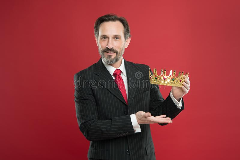 Mensen gebaarde kerel in gouden de kroonsymbool van de kostuumgreep van monarchie Geworden koningsceremonie Toekenning en voltooi royalty-vrije stock afbeelding