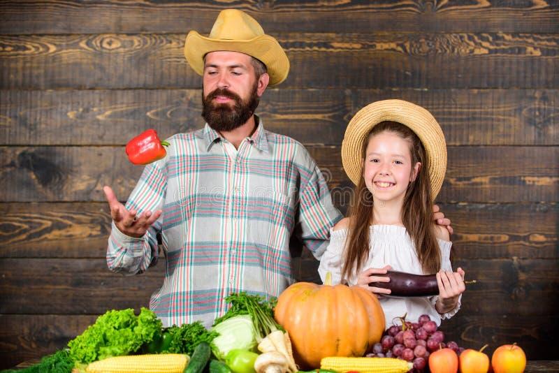 Mensen gebaarde rustieke landbouwer met jong geitje De levensstijl van de plattelandsfamilie Landbouwbedrijfmarkt met het festiva royalty-vrije stock fotografie