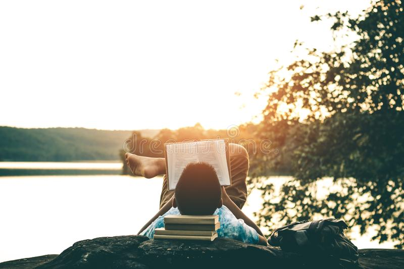 Mensen gelezen boeken in stille aard stock foto's
