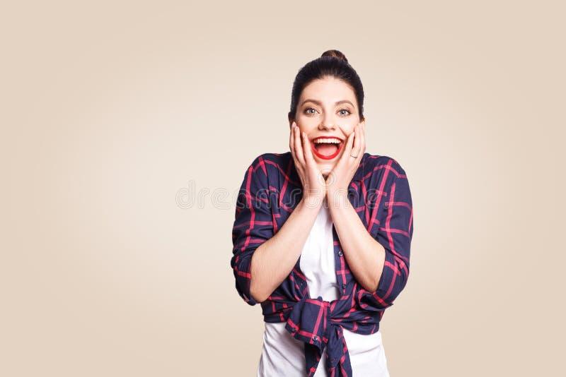 Mensen, geluk en succesconcept Mooi meisje die met verbazing en vreugde gillen, die met haar handen gesturing stock afbeeldingen