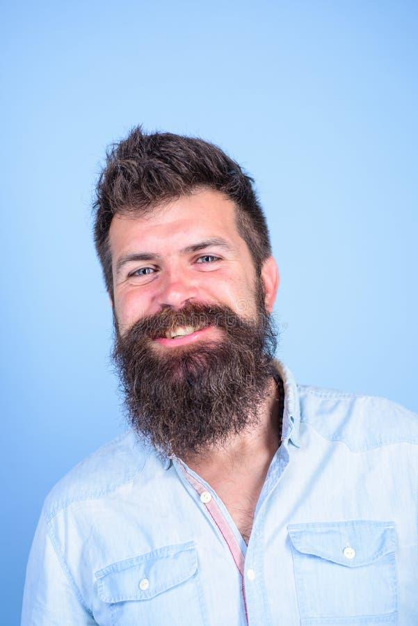 Mensen gelukkige gebaarde hipster met snor het glimlachen gezichts blauwe achtergrond De gezonde baard is resultaat van gezonde v royalty-vrije stock afbeelding
