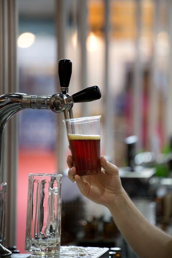 Mensen gietend darf bier royalty-vrije stock fotografie