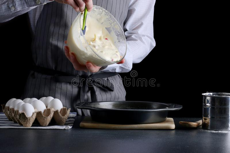 Mensen gietend deeg voor pastei cake die concept maken stock fotografie