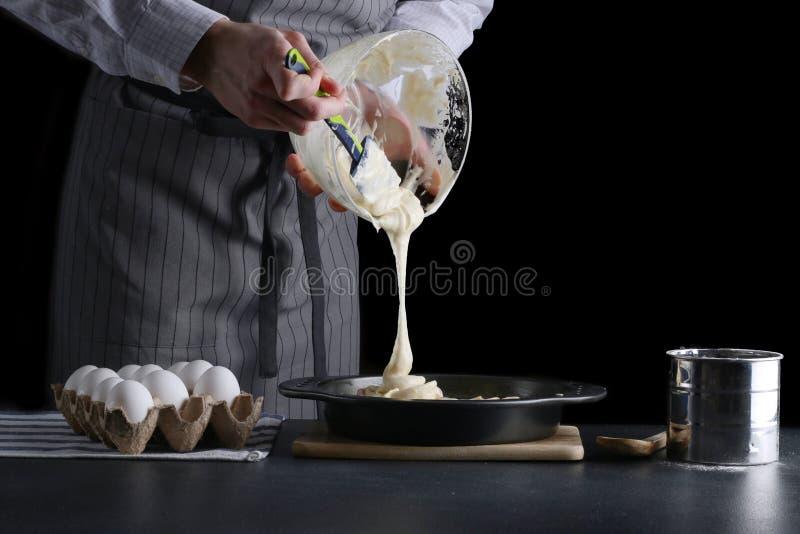 Mensen gietend deeg voor pastei cake die concept maken royalty-vrije stock foto's