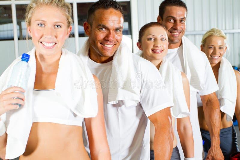 Mensen in gymnastiek stock afbeeldingen