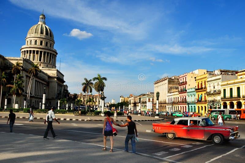 Mensen in het centrum van Havana met Capitolio als achtergrond royalty-vrije stock afbeeldingen