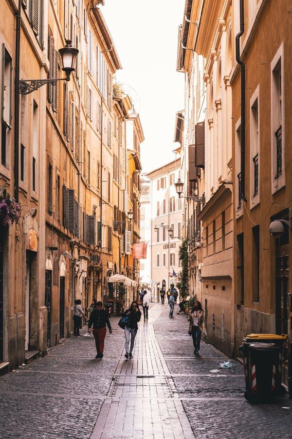 Mensen in het centrum van Rome op een zonnige dag royalty-vrije stock afbeeldingen