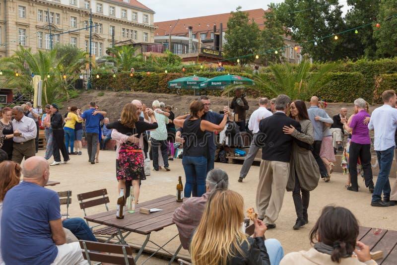 Mensen het dansen salsa in openlucht bij stadsvierkant op één van vele de zomergebeurtenissen in Berlijn, Duitsland op 28 van sep stock foto