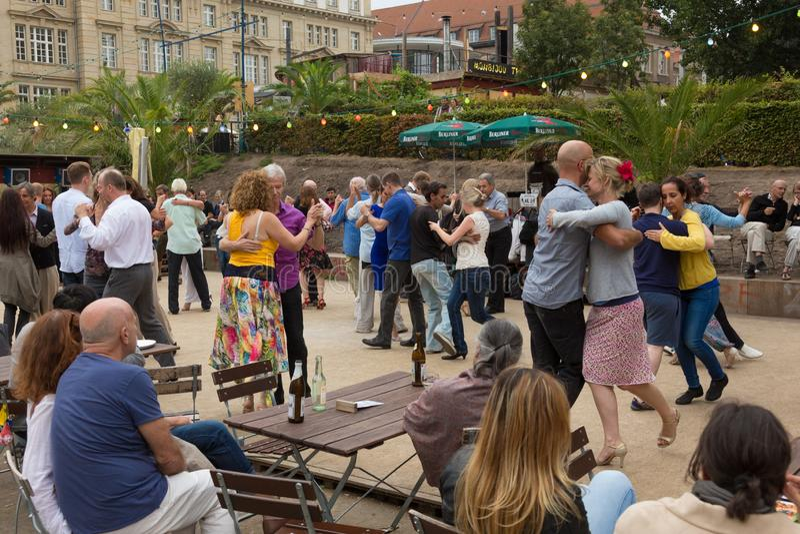 Mensen het dansen salsa in openlucht bij stadsvierkant op één van vele de zomergebeurtenissen in Berlijn, Duitsland op 28 van sep stock fotografie