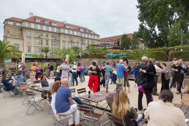 Mensen het dansen salsa in openlucht bij stadsvierkant op één van vele de zomergebeurtenissen in Berlijn, Duitsland op 28 van sep stock afbeeldingen