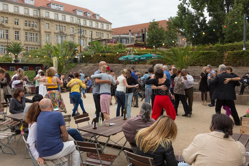 Mensen het dansen salsa in openlucht bij stadsvierkant op één van vele de zomergebeurtenissen in Berlijn, Duitsland op 28 van sep royalty-vrije stock afbeeldingen