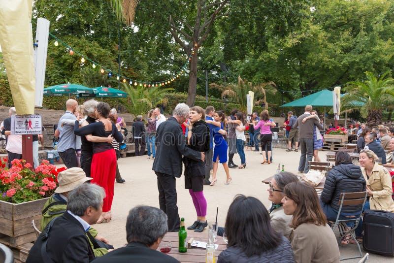 Mensen het dansen salsa in openlucht bij stadsvierkant op één van vele de zomergebeurtenissen in Berlijn, Duitsland op 28 van sep royalty-vrije stock fotografie