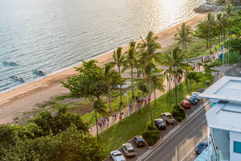 Mensen het lopen, jogging en het paddelen op de Bundel, Townsville stock foto's
