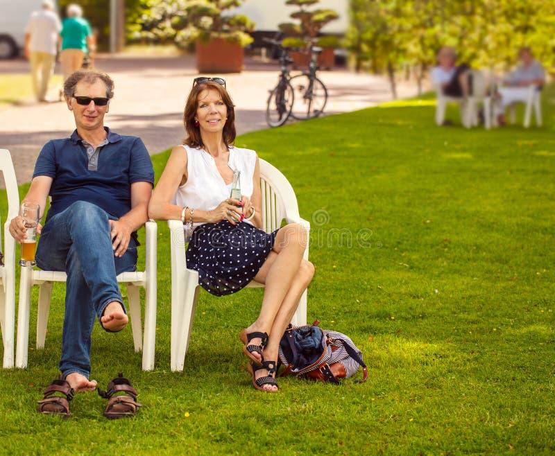 Mensen in het park royalty-vrije stock afbeelding