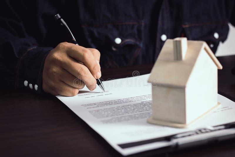mensen het schrijven en teken op contract van huis na het eindigen sellin royalty-vrije stock afbeeldingen